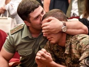 Հրամանատարը սփոփում է զինվորին. մի լուսանկարի պատմություն